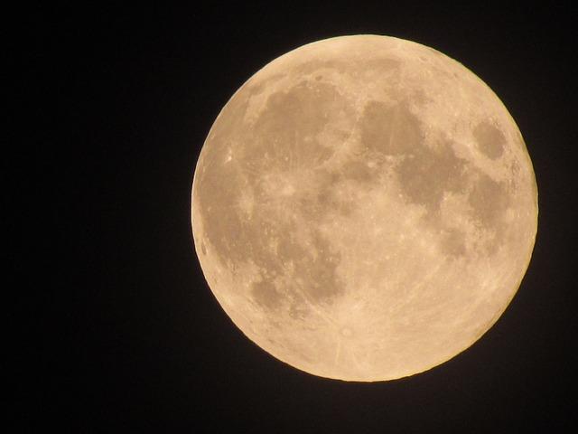 moon-526904_640