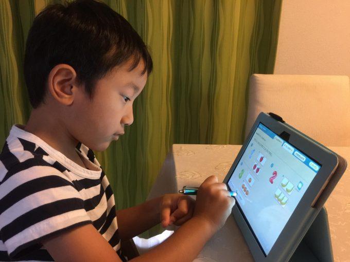 数を数える問題に夢中。問題文は音声でも説明してくれるので、まだ文字が読めない子供でも問題に取り組むことができます。